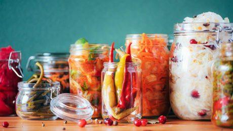 fermentált zöldség üvegekbe helyezve