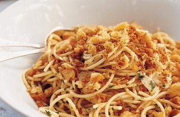 Tonhalas tészta bottargával és zsemlemorzsával klasszikus szárd recept