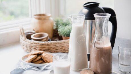 Rizstej és csokis tej reggeli asztalon süteményekkel