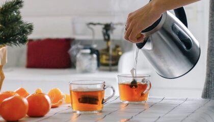 nő teát készít a konyhában
